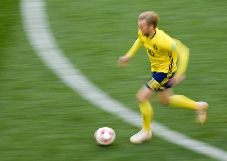Forsberg, autor do único gol em Suécia 1 x 0 Suíça, corre dos adversários.