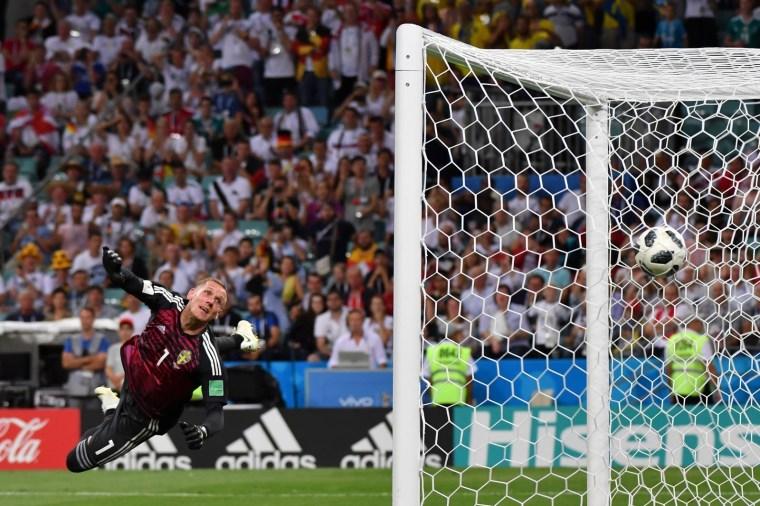 Olsen, goleiro da Suécia, observa a bola entrar nos acréscimos do jogo contra a Alemanha, após batida de falta do meia Tony Kroos. Os alemães venceram por 2 x 1.