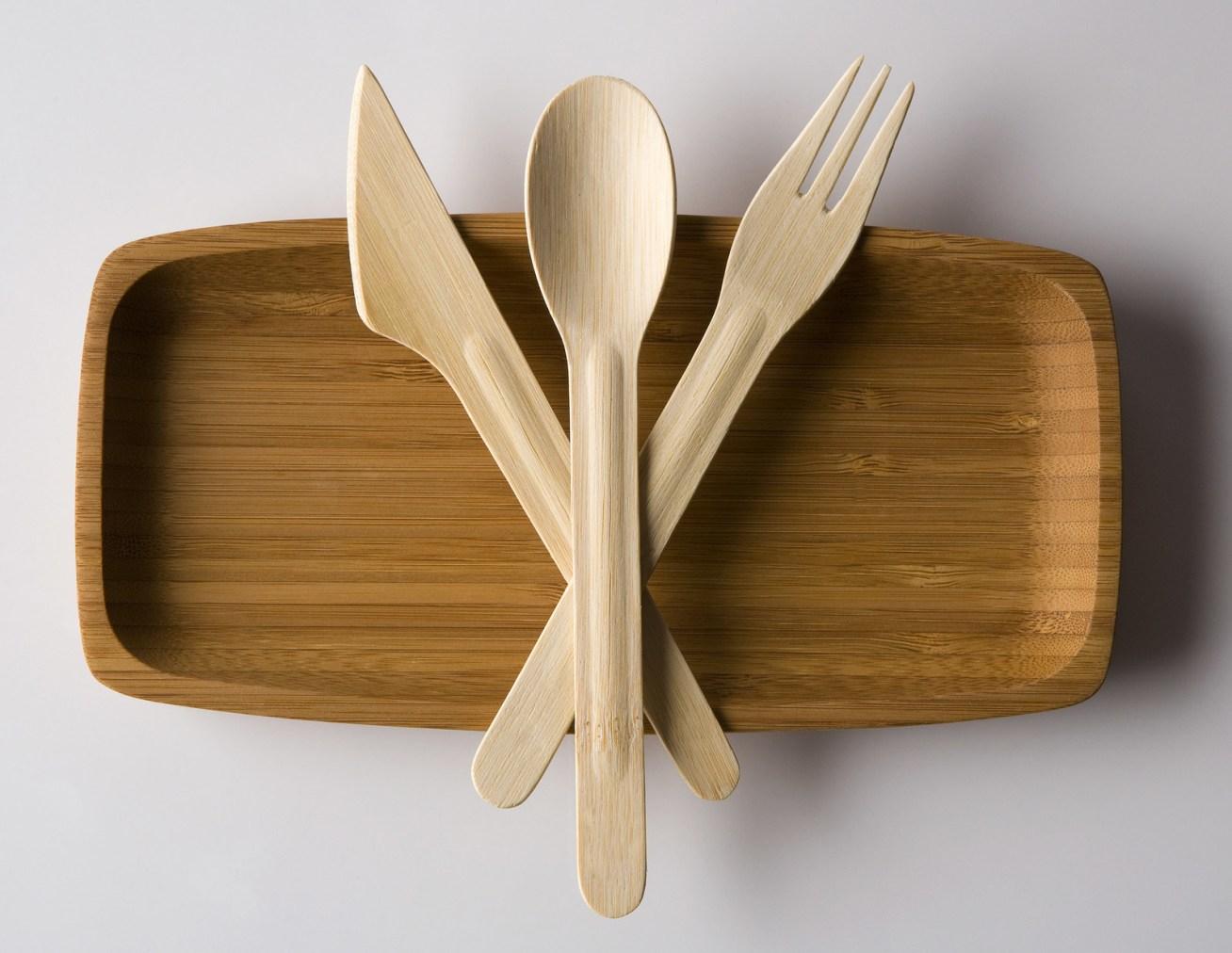 También ayudaría un montón que lleves en tu carro o bolso cubiertos de bambú, para usarlos cuando vayas a comer en un sitio que ofrezca cubertería de plástico.