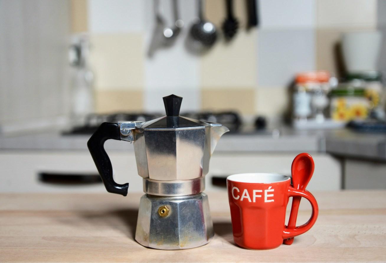 Y si no quieres despedirte de tu cafetera eléctrica, al menos usa filtros reusables y no de papel.