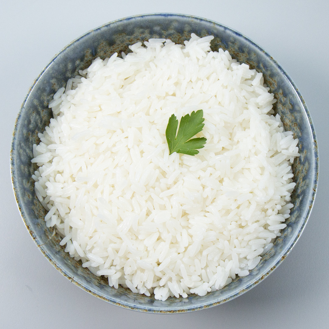 Você vai precisar de:2 colheres de sopa de óleo1 dente de alho picado1 xícara de arroz2 xícaras de água fervente1 colher de chá de salModo de preparo:1. Se você prefere lavar seu arroz, escorra bem antes de cozinhá-lo.2. Adicione o óleo e alho picado na panela e refogue.3. Adicione o arroz no momento em que o alho começar a dourar e refogue.4. Adicione a água fervente e o sal.5. Cozinhe por 15 minutos com tampa semi aberta e mexa o arroz no meio do cozimento.6. Confira se ainda tem água no fundo da panela com a ajuda de um garfo. Se tiver, espere secar. 7. Desligue o fogo, tampe o arroz e espere 10-15 minutos.8. Sirva