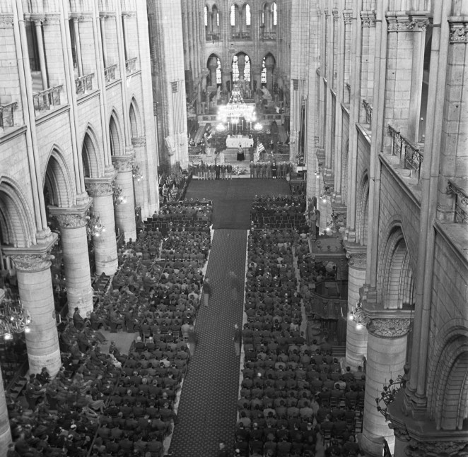 U.S. soldiers fill the pews of Notre Dame Cathedral during the GI memorial service for US President Roosevelt on April 16, 1945.