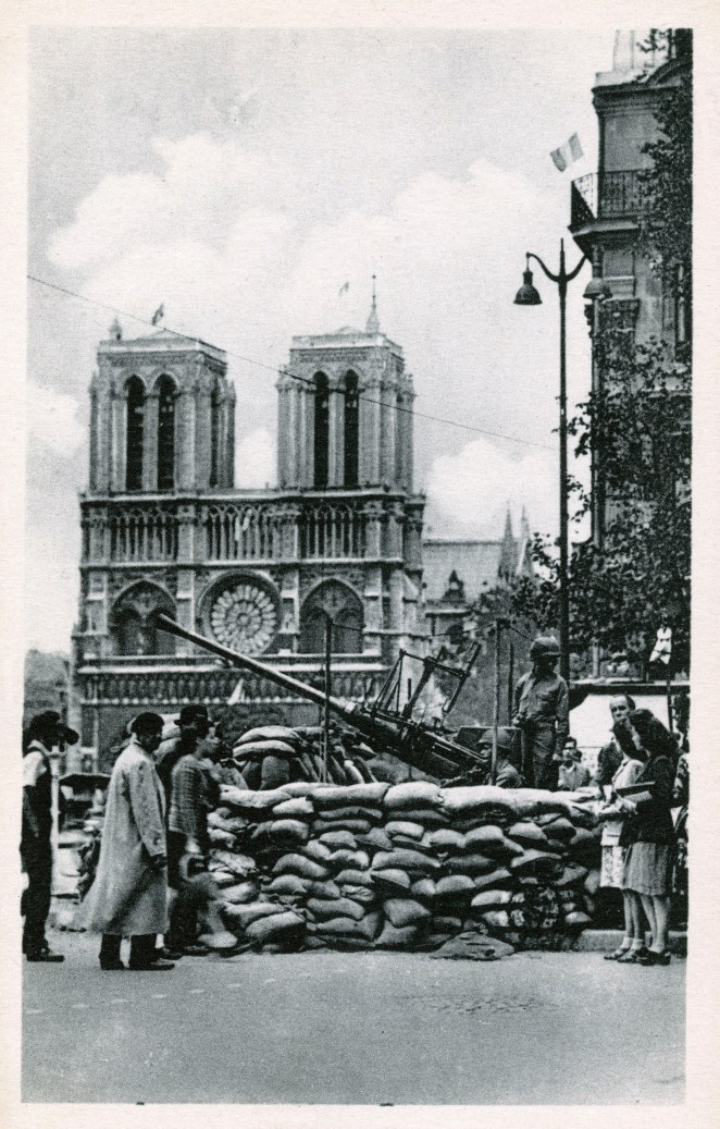 American Anti-Aircraft gun positioned close to the Cathedral of Notre-Dame during the Liberation of Paris, 1945.