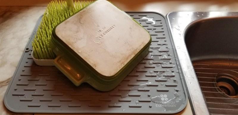 İnceleyenin gri renkli silikon kurutma matının fotoğrafı