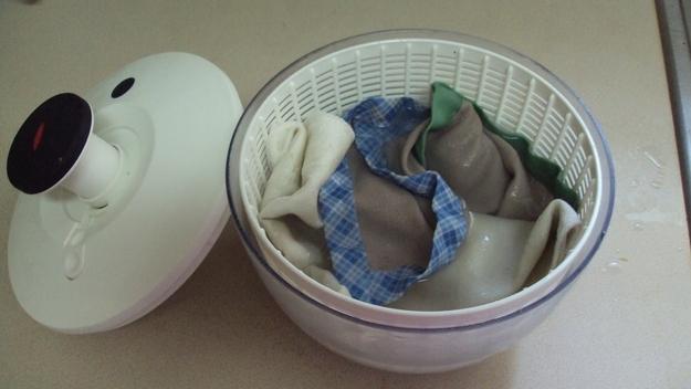 Seca la ropa lavada a mano con un centrifugador de ensalada.