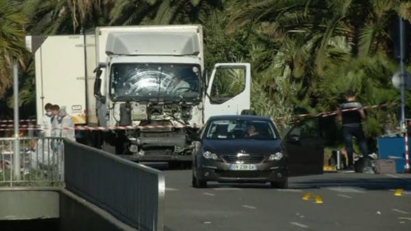 Caminhão utilizado no ataque asegue sob análise / Foto; Reprodução Reuters