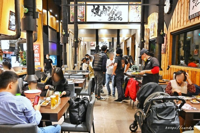 南部知名連鎖燒肉店SHOJO在台中展店啦,超驚豔的牛五花有來的朋友推薦必點,炭火燒肉的方式烤起來就是不一樣