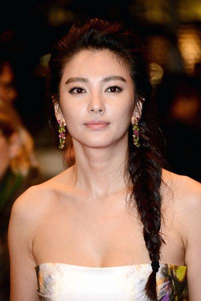 Zhang Yuqis Messy Side Braid Hairstyle Prom Wedding
