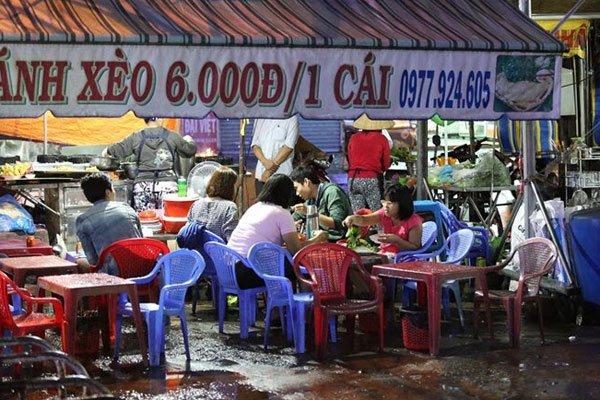 Bustling scene at a market for street vendors in Saigon, travel news, Vietnam guide, Vietnam airlines, Vietnam tour, tour Vietnam, Hanoi, ho chi minh city, Saigon, travelling to Vietnam, Vietnam travelling, Vietnam travel, vn news