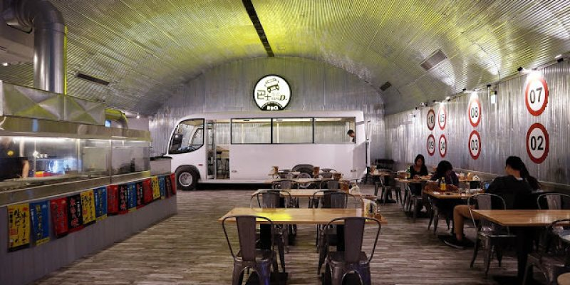 台中西屯│巴士底家*逢甲商圈聚餐新選擇。巴士裡頭也可以吃串燒與炸物。而且營業到半夜2點唷