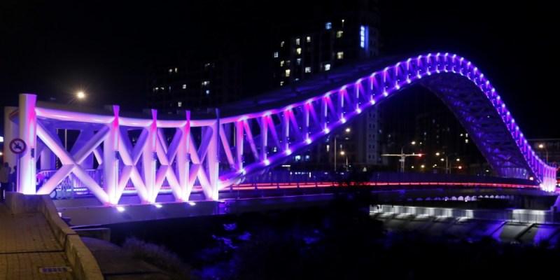 台中景點│橫跨旱溪的紫藍色彩海天橋,夜裡不可錯過的迷人紫調!