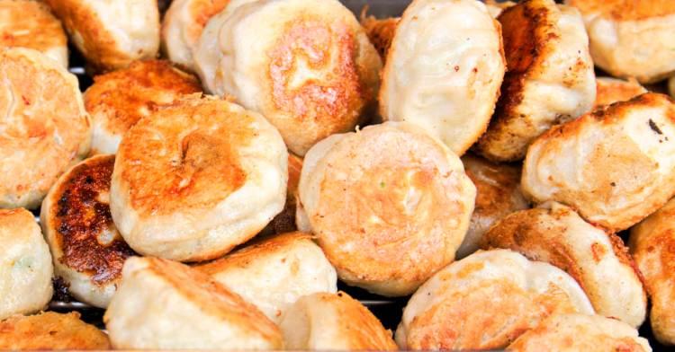 夏日限定!金黃欲滴的瓠瓜水煎包來囉!豬肉餡餅與韭菜包也不錯,不過好像愈來愈迷你啦~