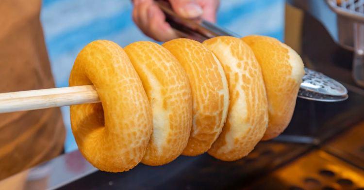 六月小米甜甜圈,市場內的清新小攤車,吃得到少見的鹹鹹圈,更有深夜限定的炙燒甜甜圈!