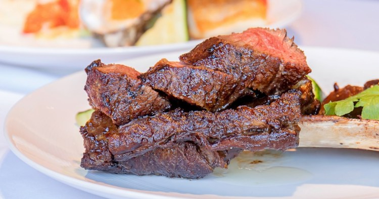 王品牛排,超限量炙烤帶骨牛小排新上市,一頭牛僅供6客,食藝復新經典再現!