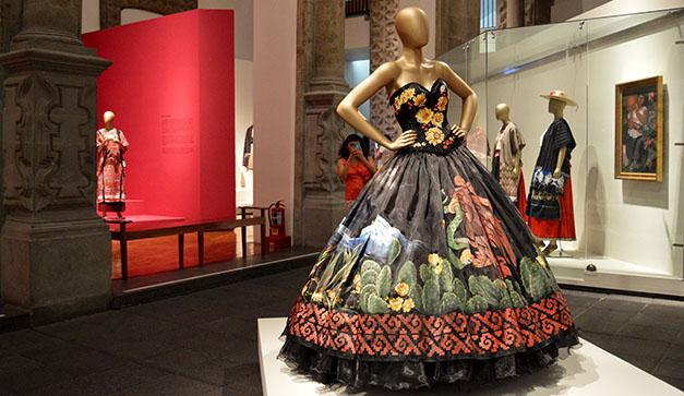 Amars los impactantes vestidos mexicanos de esta expo