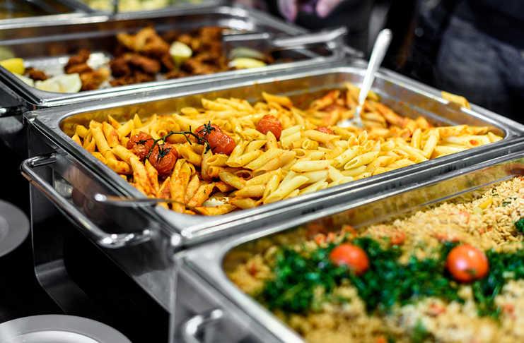 Comedor comunitario donde estudiantes y godnez son los