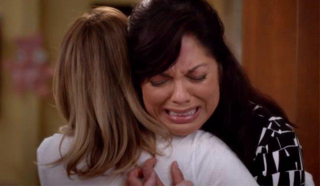 Callie chora nos ombros de Meredith na 12ª temporada