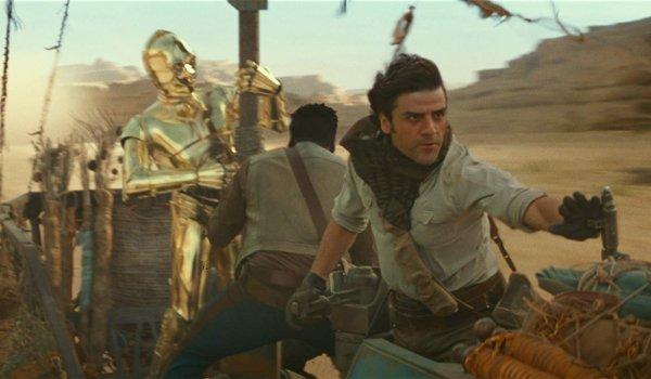 Star Wars: Le soulèvement de Skywalker C3P0, Finn et Poe s'éloignant rapidement dans le désert