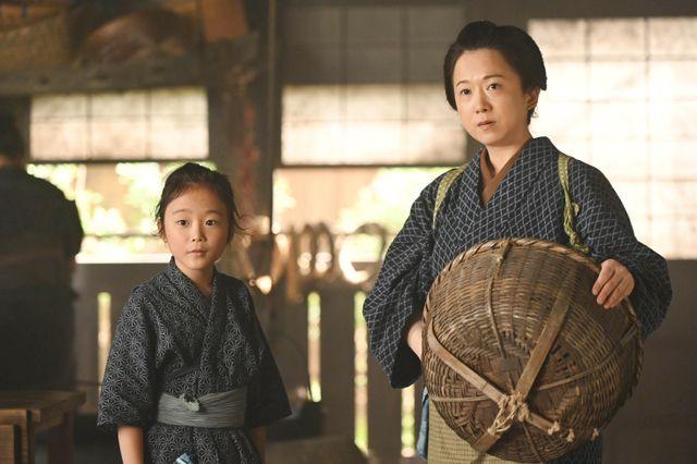 渋沢栄一の幼少期を演じる小林優仁(左)