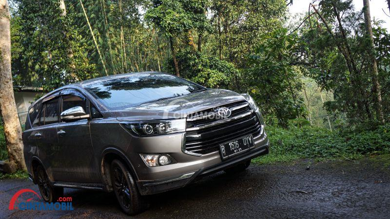 all new innova venturer interior kijang the legend reborn review lengkap toyota diesel 2017 mobil keluarga dengan gambar 2017berwarna abu sedang parkir di dalam hutan