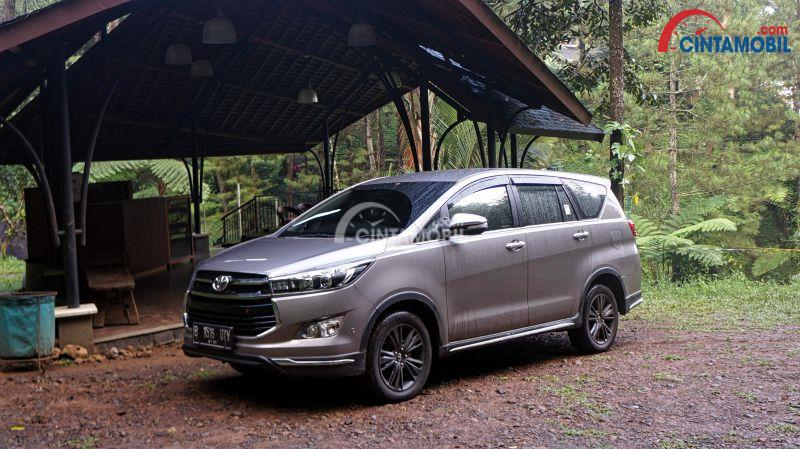 harga all new innova venturer 2018 suspensi grand veloz review lengkap toyota diesel 2017 mobil keluarga dengan gambar berwarna abu dilihat dari sisi samping sedang parkir di