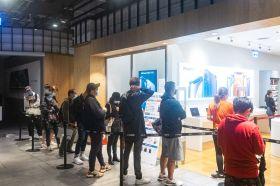 iPhone 12開賣日 德誼數位三創門市一早湧現搶頭香人潮