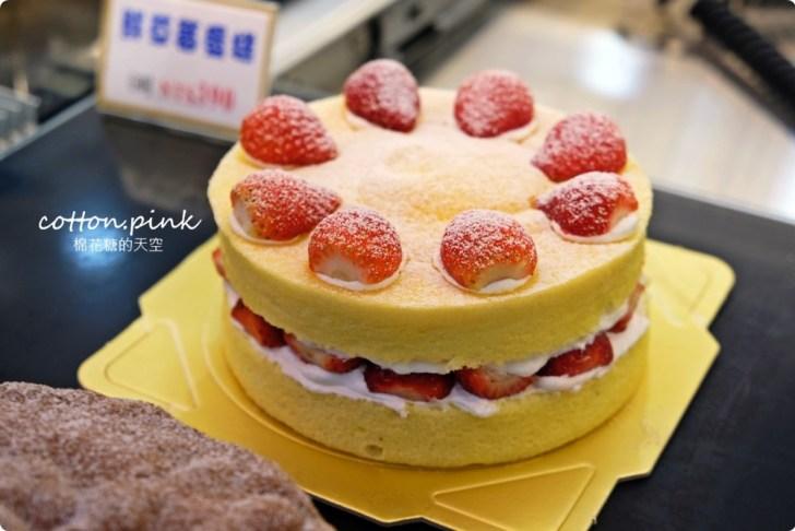 20200128140758 36 - 熱血採訪|兩層綿綿的戚風蛋糕裡面加了一整層的草莓,這也太邪惡了吧!