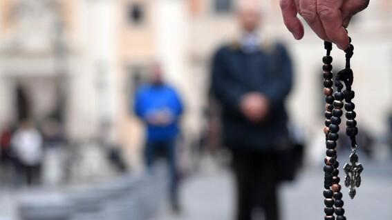 clero catolico habria abusado de al menos 10 mil ninos en francia