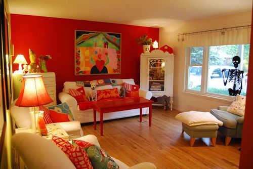 Pinta una de las paredes de rojo y juega con el mobiliario