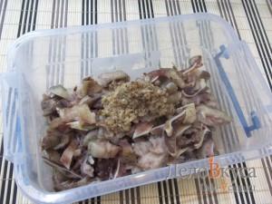 Gemarineerde varkensoren: wassen oren en verwijder in de koelkast