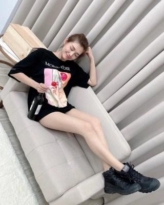 輕熟女Sandra 高挑的身材配上極品長腿真是羨慕!