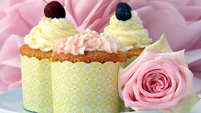Cupcakes Kleine Torten mit ButtercremeHaube  Menden