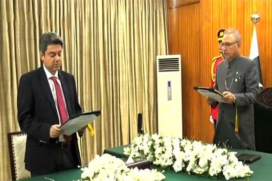 وزیر قانون 3 دن بعد کرسی پر واپس، فروغ نسیم نے وفاقی وزیر کا حلف اٹھالیا