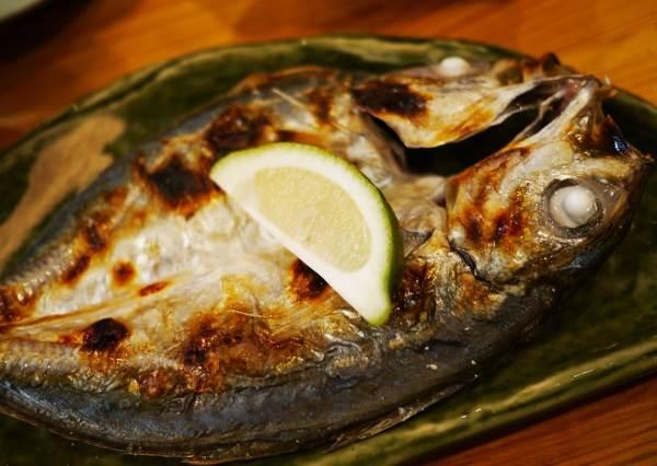 吃魚第一口要挾哪裡才是有禮貌? 烤竹筴魚遵守這6大原則。不但能吃到最美味的部位還能印象分數UP!|噪咖 ...