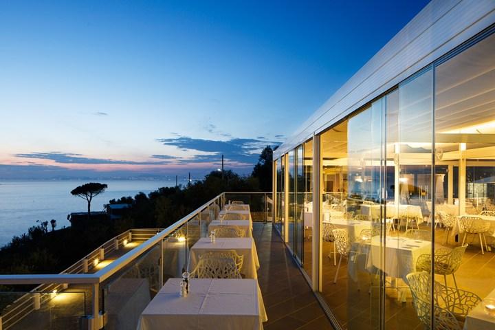 Una suggestiva terrazza sul mare con vista su Capri