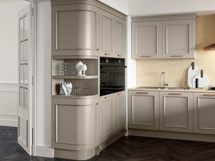 Cucina laccata in legno in stile moderno con maniglie con