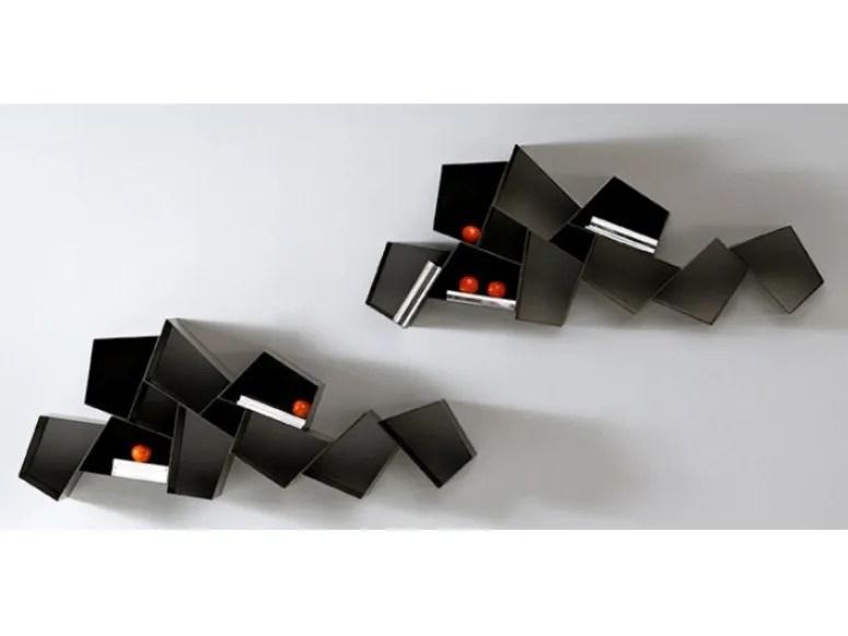 Unico che abbraccia le 6 mensole in legno massello spesso 2 cm (non lamellare) di frassino olivato fatte su misura dal nostro ebanista di fiducia oppure in mdf. Libreria Sospesa In Metallo W Su Line By Ronda Design