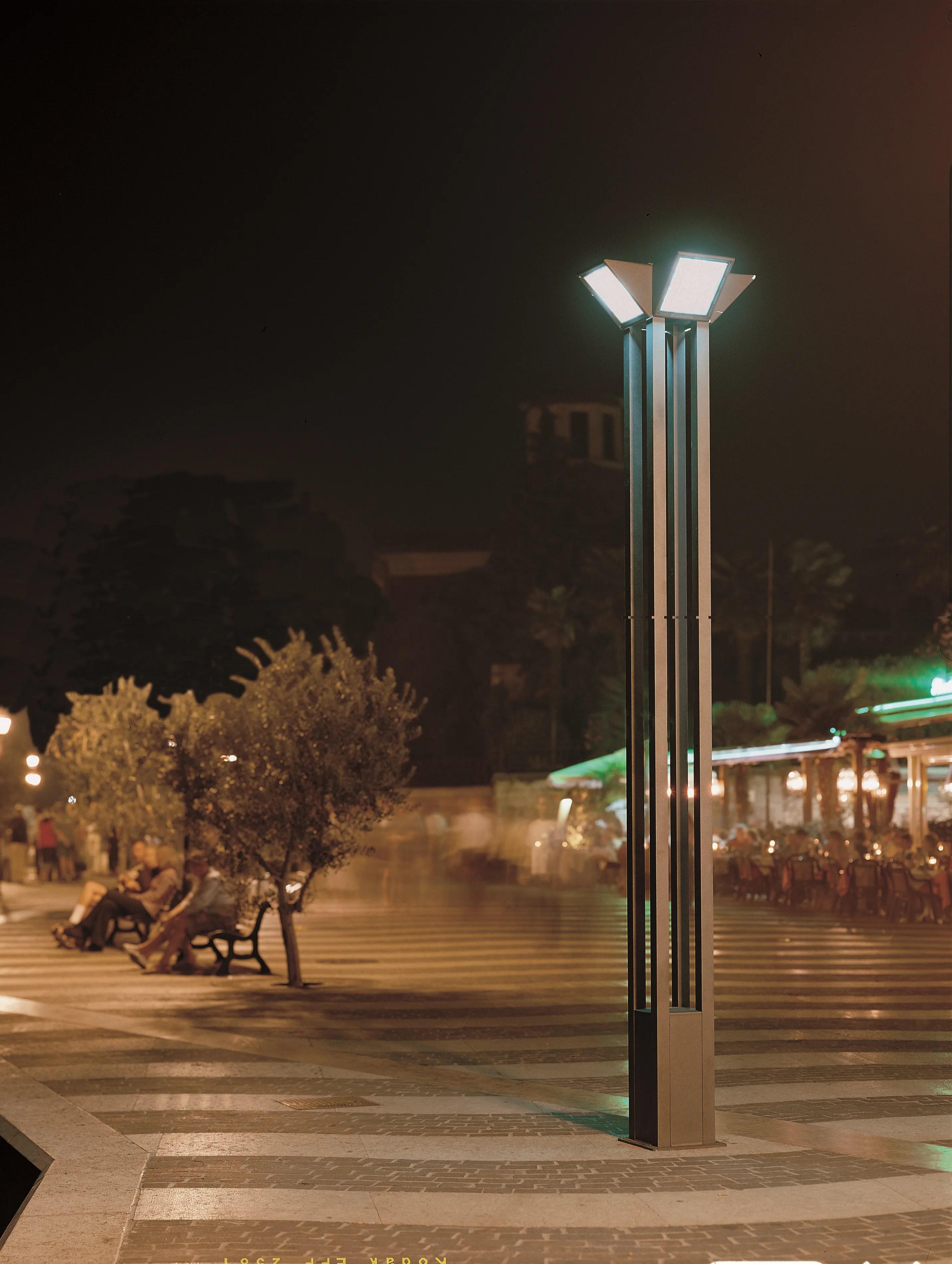 Triangolo City Garden Lamp Post By Goccia Illuminazione