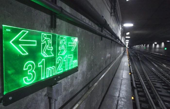 Novas placas de sinalização nos túneis do metrô de SP são instaladas em caso de pane