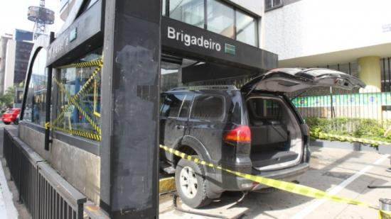 Carro invade estação de metrô na Avenida Paulista