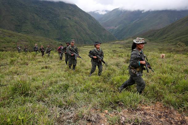 Combatentes das Farc patrulham área montanhosa na região central do país