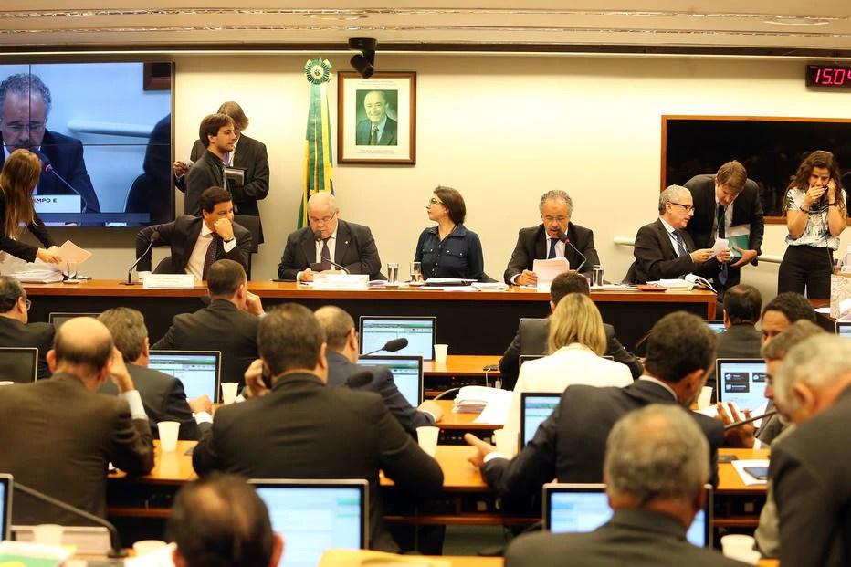 Comissão da Câmara aprova reforma política e distritão