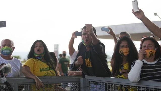 Após crítica de Bolsonaro à imprensa, apoiadores hostilizam jornalistas no Alvorada