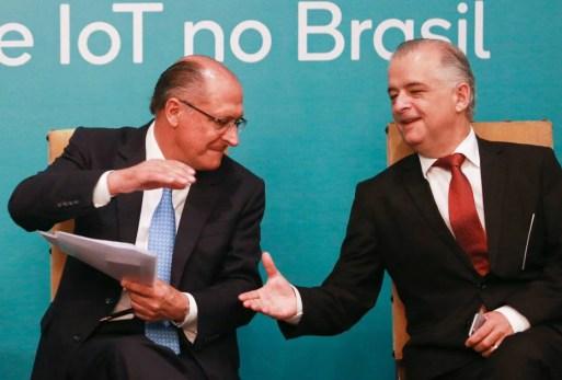 Sob pressão, PSDB avalia filiar França à legenda