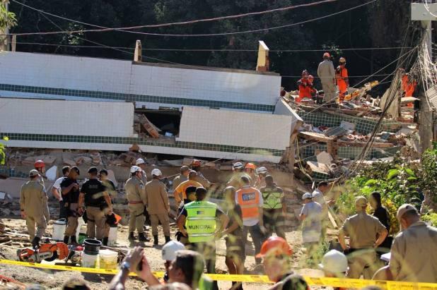 Duas pessoas morrem em desabamento de dois prédios no Rio