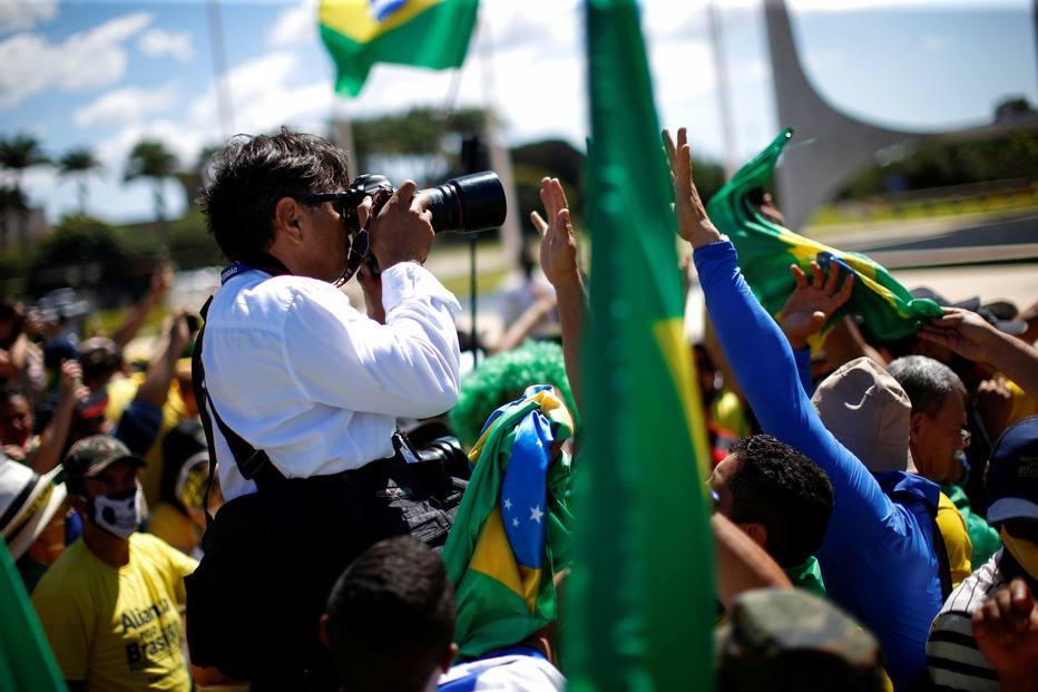 Profissionais do Estadão são agredidos com chutes, murros e empurrões por apoiadores de Bolsonaro - Política - Estadão