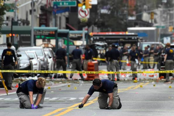 Oficiais do FBI investigam proximidade do local da explosão no bairro Chelsea, em Manhattan, Nova York, que deixou 29 pessoas feridas