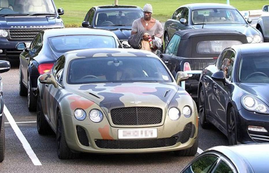 Um dos carros mais chamativos é o Bentley do polêmico atacante italiano. O carro de R$ 860 mil foi todo camuflado enquanto o atleta jogava pelo Manchester City