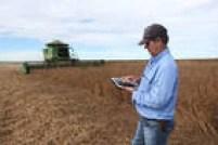 Ileos Magrinell, coordenador de campo da fazenda Itamarati Norte, em Campo Novo do Parecis (MT), usa tablet para controlar a produção de soja