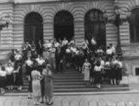 Horário da saída dos alunos e professores da Escola Caetano de Campos em 1958